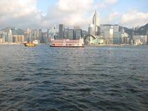 Barcos no porto de Hong Kong que olha de Kowloon fotografia de stock
