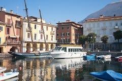 Barcos no porto de Malcesine sobre Foto de Stock