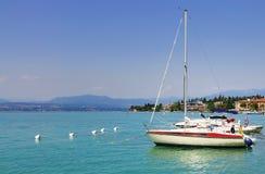Barcos no porto de Sirmione, Italia fotos de stock