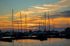 Barcos no porto no nascer do sol imagem de stock royalty free