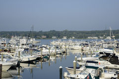 Barcos no porto pelo rio de Niantic em Connec Fotos de Stock Royalty Free
