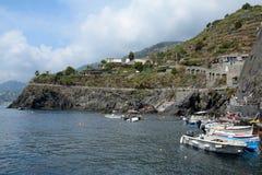 Barcos no porto pequeno na cidade de Manarola Imagens de Stock