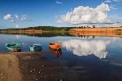 Barcos no rio Foto de Stock