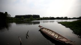 Barcos no rio vídeos de arquivo