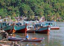 Barcos no rio de Muaro em Padang, Sumatra ocidental fotos de stock