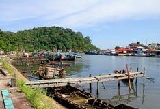 Barcos no rio de Muaro em Padang, Sumatra ocidental fotografia de stock