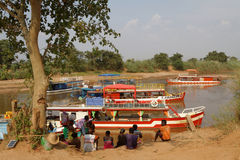 Barcos no rio de Tsiribhine imagens de stock