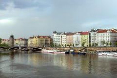 Barcos no rio de Vltava perto da ponte de Juraskuv Fotografia de Stock