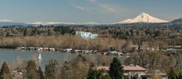 Barcos no rio de Willamette abaixo da montagem Hood Oregon North America foto de stock royalty free