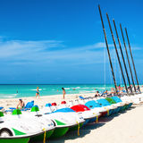 Barcos para el alquiler y turistas que gozan de la playa de Varadero en Cu Imágenes de archivo libres de regalías