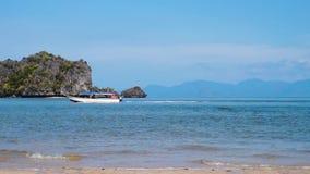 Barcos para la excursión que va a la playa en la isla de Langkawi, Malasia metrajes