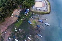 Barcos parqueados en agua azul hermosa foto de archivo