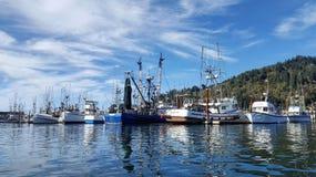 Barcos pelas docas na baía Oregon de Tillamook fotos de stock