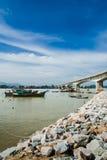 Barcos pelo banco de rio fotos de stock