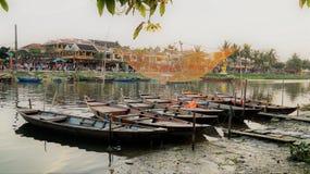 Barcos pelo riverbank fotos de stock