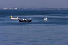Barcos pequenos dos pescadores em Izmir dianteiro Turquia Fotografia de Stock Royalty Free