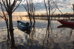 Barcos pequenos e reflexões da água Fotografia de Stock Royalty Free