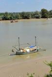 Barcos pequenos no rio como passa através de Coria del Rio, província de Sevilha, a Andaluzia de Guadalquivir, Espanha Imagem de Stock Royalty Free