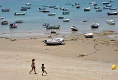 Barcos perto da costa da cidade antiga do mar de Cadiz Imagem de Stock Royalty Free