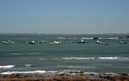 Barcos perto da costa da cidade antiga do mar de Cadiz Foto de Stock Royalty Free