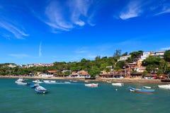 Barcos perto da frente marítima da praia Buzios, Brasil Imagens de Stock