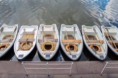 Barcos perto do cais que está na linha Imagem de Stock