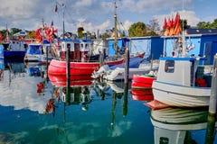 Barcos pesqueros coloridos en un puerto en la isla del fehmarn en Alemania en el Mar del Norte foto de archivo