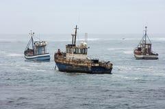 Barcos pesqueros durante el m?n tiempo en el mar Foto de archivo libre de regalías