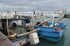 Barcos pesqueros en el puerto de Fugang, costa del este del ` s del condado de Taitung, Taiwán Foto de archivo libre de regalías