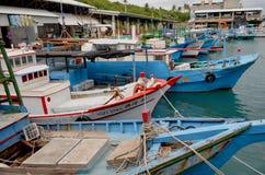 Barcos pesqueros en el puerto de Fugang, costa del este del ` s del condado de Taitung, Taiwán Imagen de archivo libre de regalías