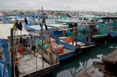 Barcos pesqueros en el puerto de Fugang, costa del este del ` s del condado de Taitung, Taiwán Imagen de archivo