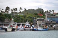 Barcos pesqueros en el puerto de Fugang, costa del este del ` s del condado de Taitung, Taiwán Foto de archivo