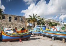Barcos pintados tradicionais malteses do luzzu no marsaxlokk que pesca vi fotografia de stock
