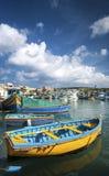 Barcos pintados tradicionais malteses do luzzu no marsaxlokk que pesca vi fotografia de stock royalty free