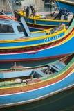 Barcos pintados tradicionais malteses do luzzu no marsaxlokk que pesca vi fotos de stock royalty free