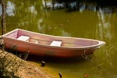 Barcos, plástico, costa, água, água de mola Imagem de Stock