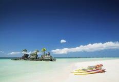 Barcos playa y de la capilla y de paleta blancas del cristiano en el tro de Boracay Foto de archivo libre de regalías