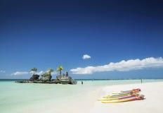 Barcos playa y de la capilla y de paleta blancas del cristiano en el tro de Boracay Imágenes de archivo libres de regalías