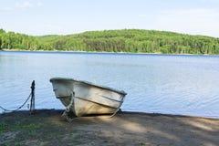 Barcos por el lago en día de verano caliente Fotos de archivo