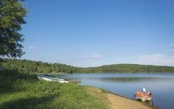 Barcos por el lago en día de verano caliente Imagenes de archivo