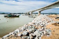 Barcos por la batería de río Imagenes de archivo