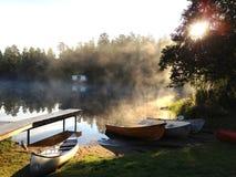 Barcos por um lago Fotografia de Stock