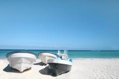 Barcos, praia tropical e oceano Imagem de Stock