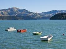 Barcos provistos de remos de Smal en un lago en Nueva Zelandia Foto de archivo