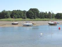 Barcos que amarram ao longo da costa Fotografia de Stock Royalty Free