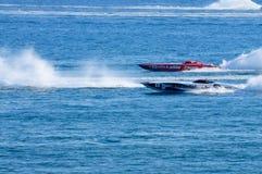 Barcos que combaten en duelo en a poca distancia de la costa competir con Fotografía de archivo