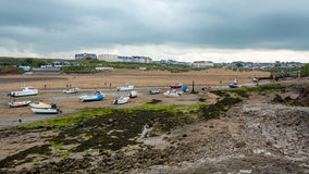 Barcos que descansan sobre la playa en Bude fotografía de archivo