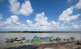Barcos que descarregam em Myo River colocado, Myanmar imagem de stock royalty free