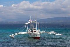 Barcos que esperan a turistas para viajar entre las islas EL Nido, Filipinas Foto de archivo libre de regalías