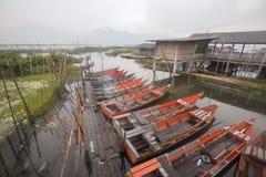 Barcos que estacionam em Rawa que encerra o lago, Indonésia Imagens de Stock Royalty Free